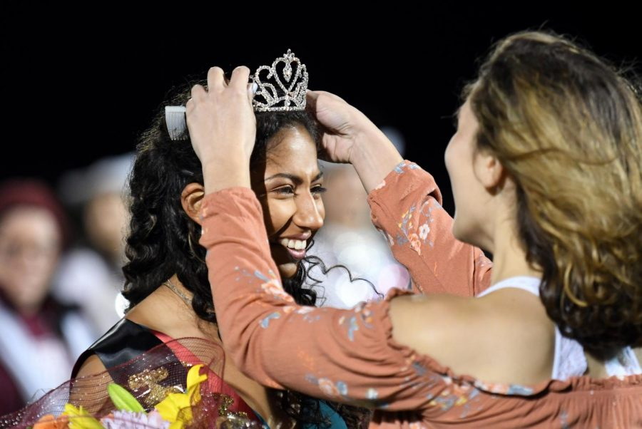 Mia+Sanchez+is+crowned+just+moments+after+being+announced+as+homecoming+queen+for+Round+Rock+High+School.